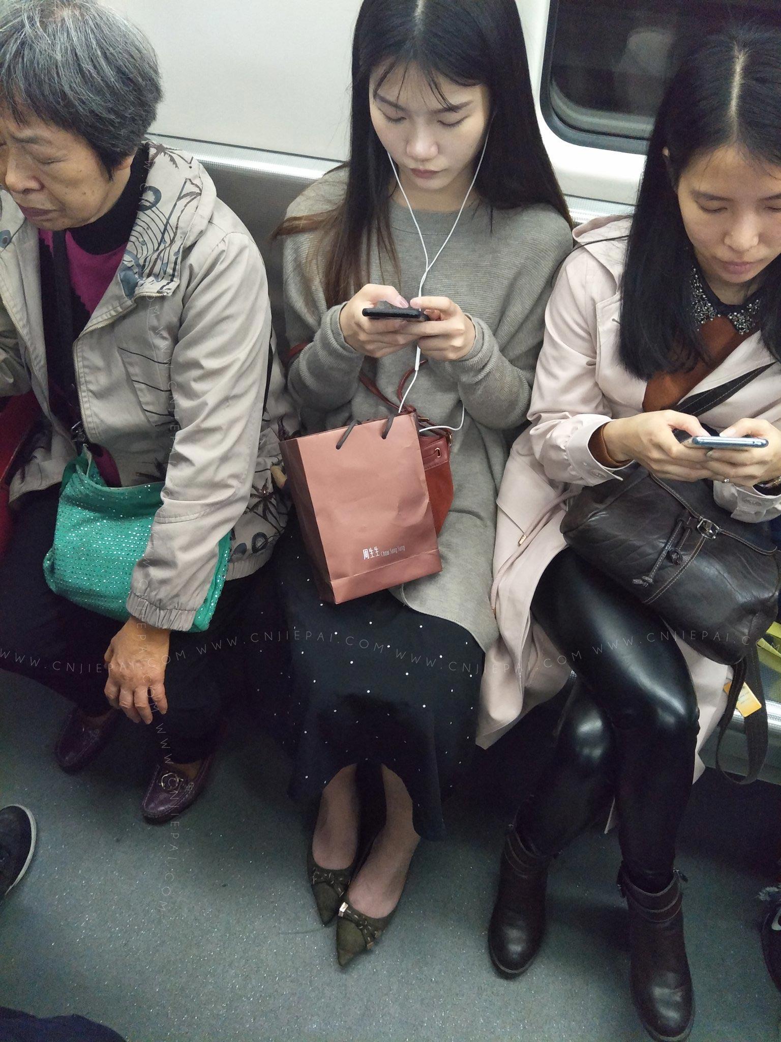 地铁俯视专心玩手机的漂亮长发小姐姐 图3