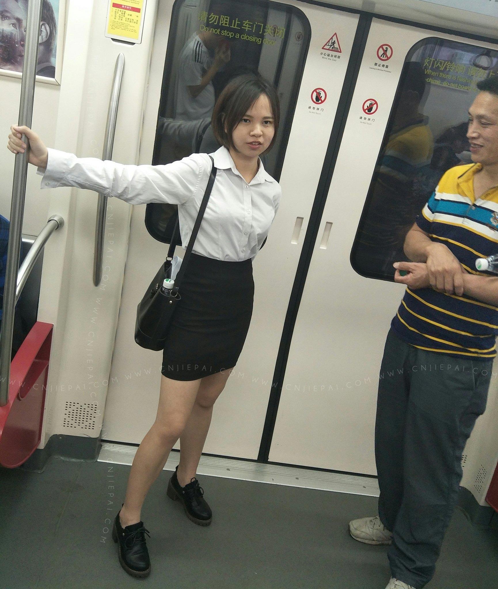 地铁上站在对面的制服短裙妹 图1