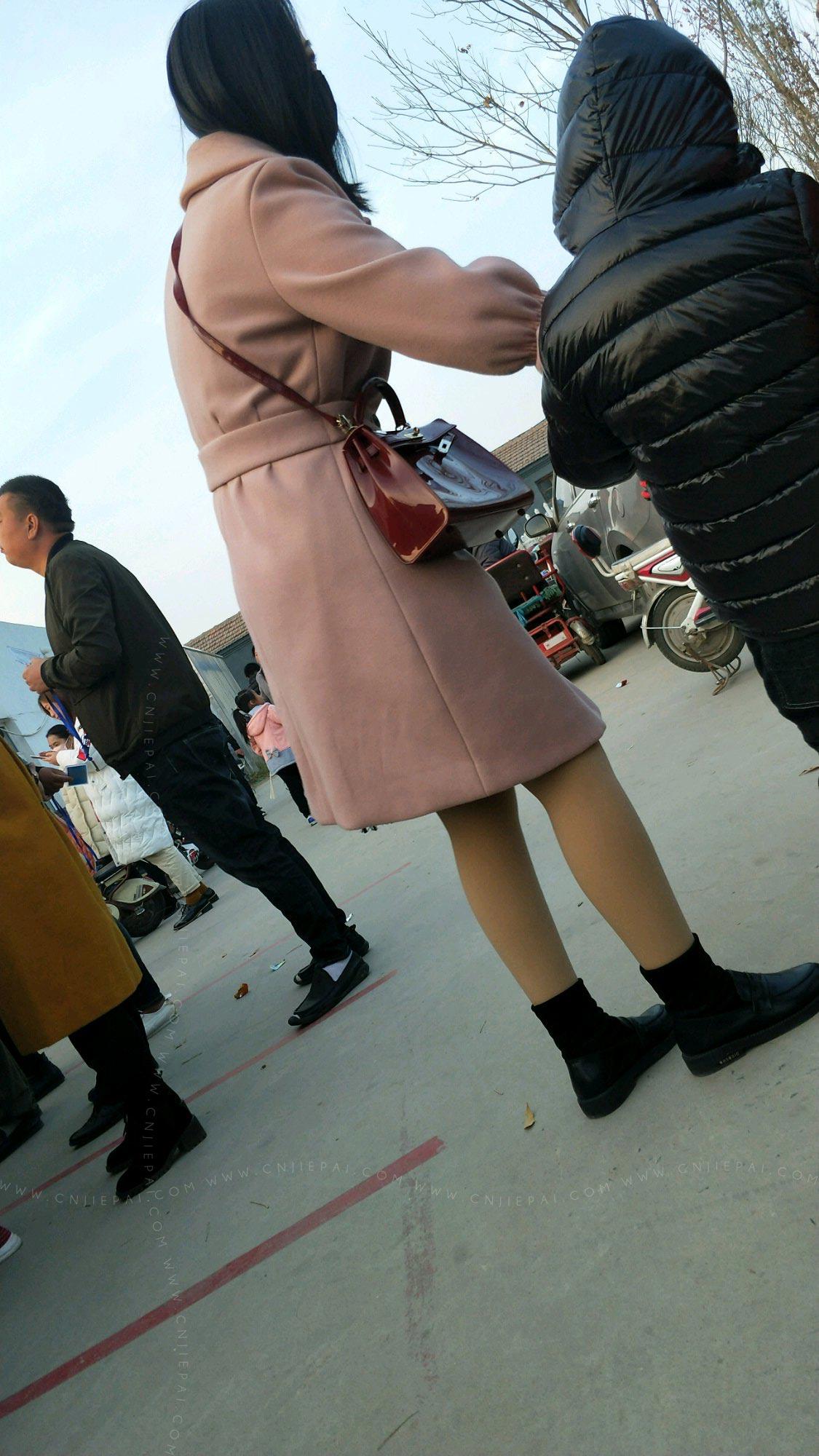 粉红大衣气质美少妇 图3