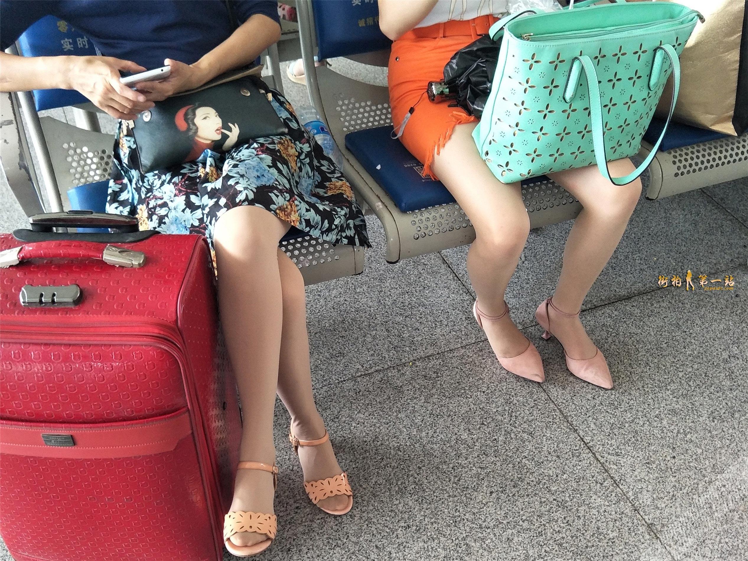 候车室两张对面美女的修长丝袜美腿 图3