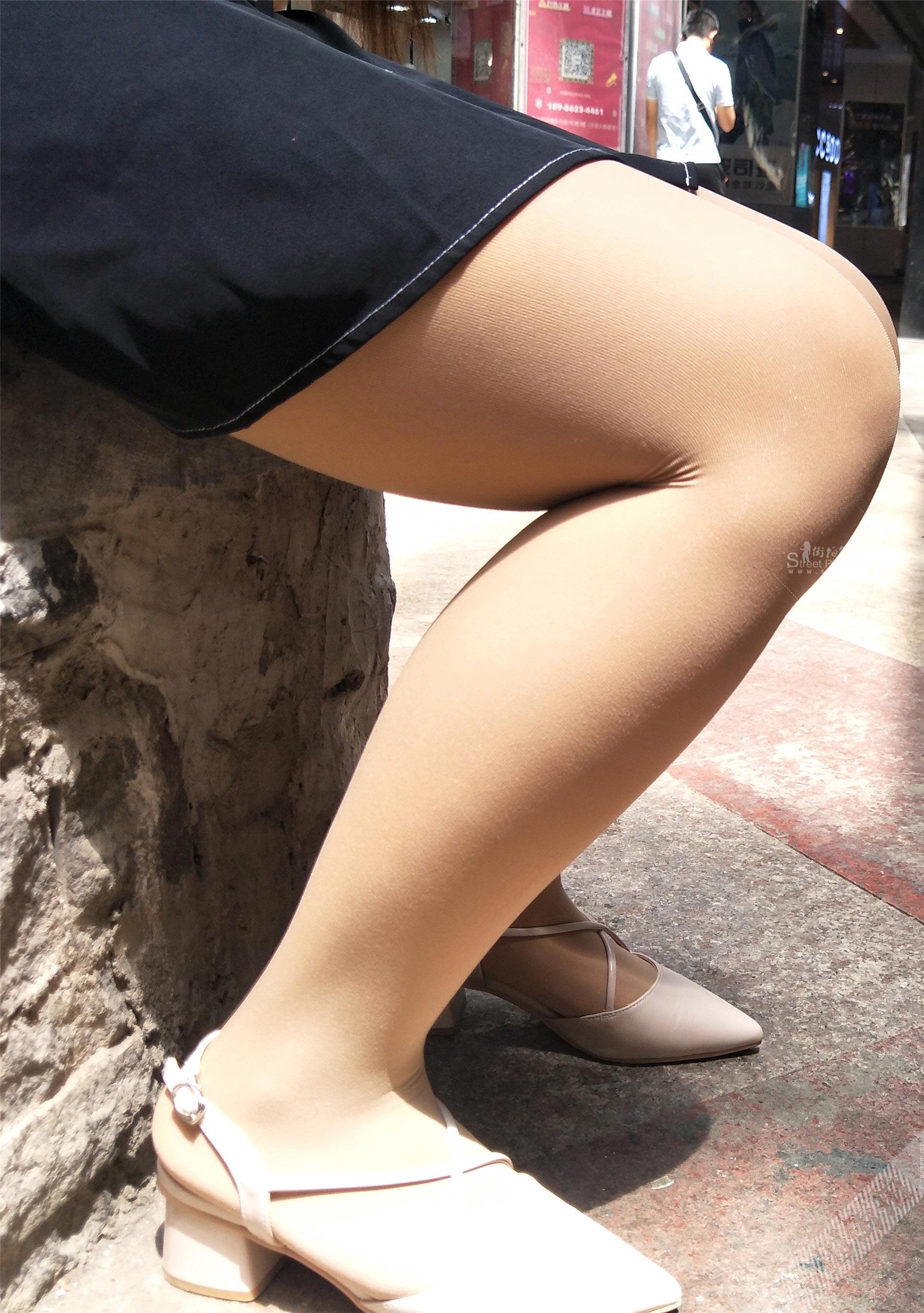街拍坐着休息的短裙美女,超清特写厚肉丝美腿 图5